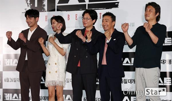 '비스트' 연기괴물들의 강렬한 격돌 18일 오후 서울 CGV용산에서 열린 영화 <비스트> 시사회에서 배우 최다니엘, 전혜진, 유재명, 이성민과 이정호 감독이 포토타임을 갖고 있다. 프랑스 영화 <오르페브르 36번가>를 리메이크한 <비스트>는 희대의 살인마를 잡을 결정적 단서를 얻기 위해 또 다른 살인을 은폐한 한 형사와 이를 눈치챈 라이벌 형사의 이야기를 다룬 작품이다. 6월 26일 개봉.