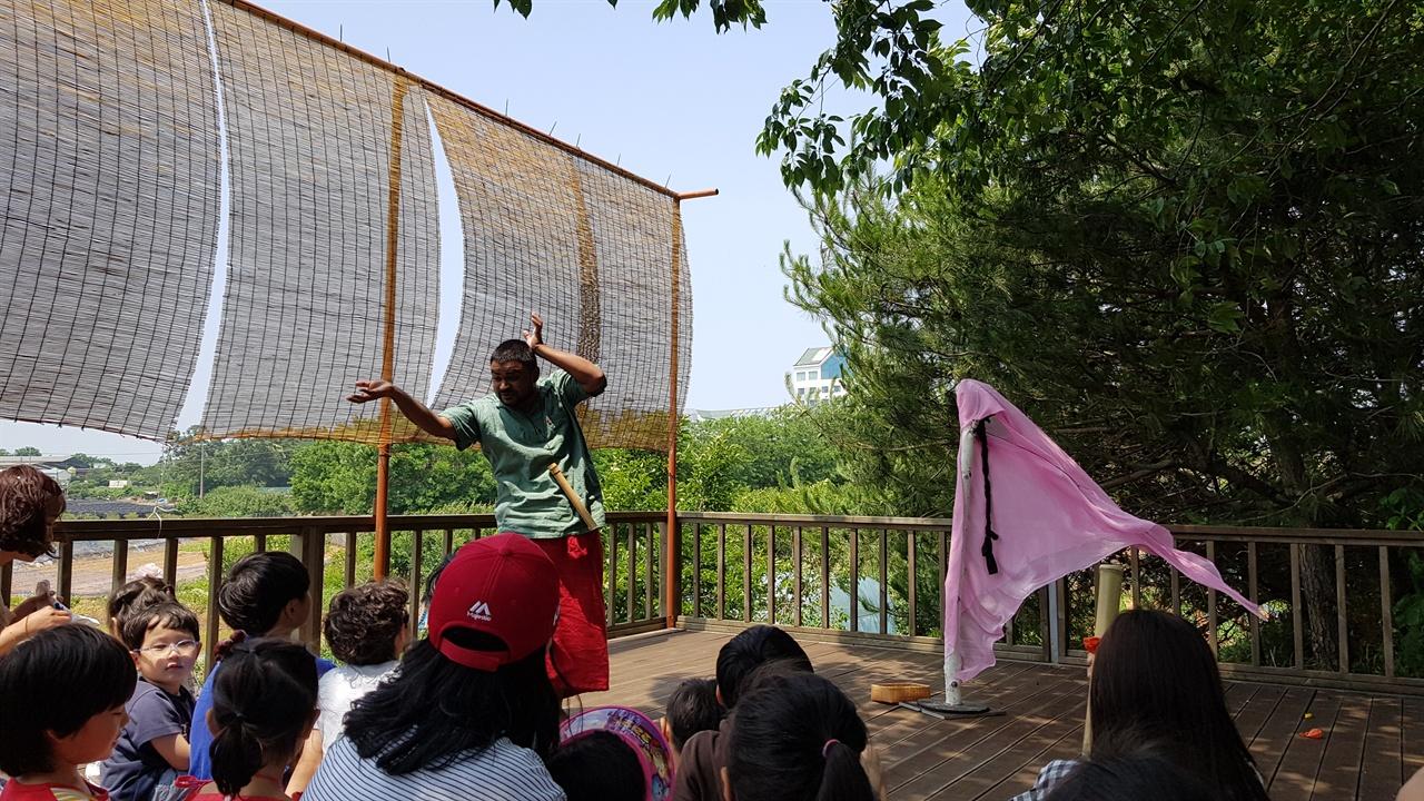 방귀쟁이 며느리 아시아 레지던스 작업을 통해 선보인 인도 예술가 Rajesh Nirmal의 '방귀쟁이 며느리'. 영어로 진행됐지만 그의 몸짓과 방귀소리에 어른 아이 할 것 없이 즐거워했다.