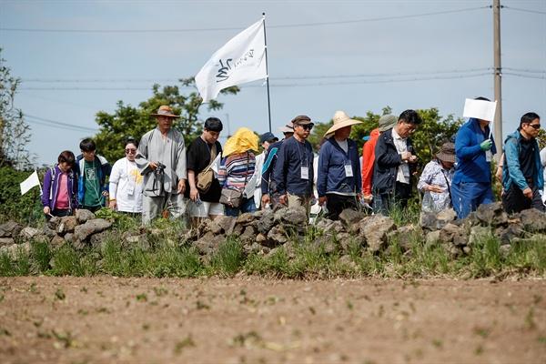 '평화의 길' 4.3 순례단이 무등이왓 마을을 걷고 있다.
