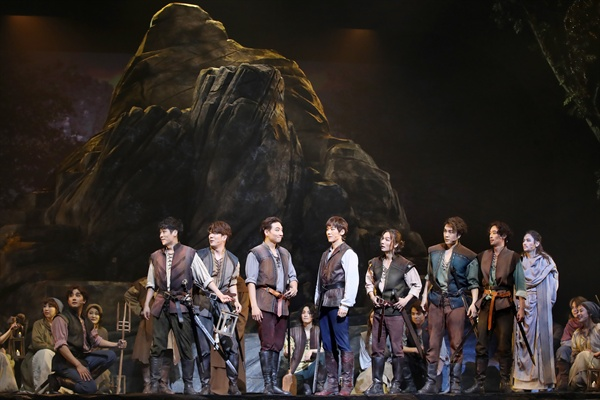 찬란한 영웅들의 이야기 18일 오후 서울 종로구 세종문화회관 대극장에서 열린 뮤지컬 '엑스칼리버' 프레스콜에서 출연 배우들이 하이라이트 장면을 시연하고 있다.