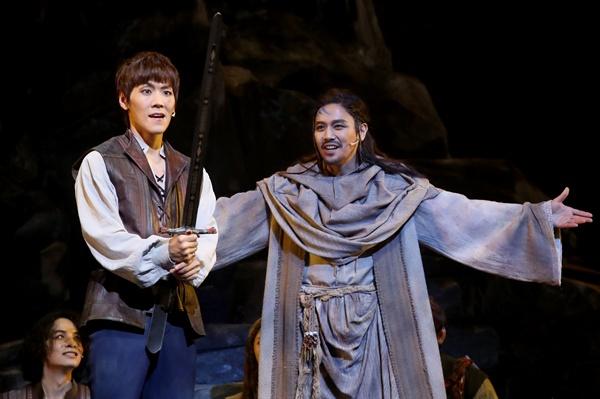 왕의 운명을 타고난 아더 뮤지컬 배우 카이(왼쪽)와 손준호가 18일 오후 서울 종로구 세종문화회관 대극장에서 열린 뮤지컬 '엑스칼리버' 프레스콜에서 하이라이트 장면을 시연하고 있다.