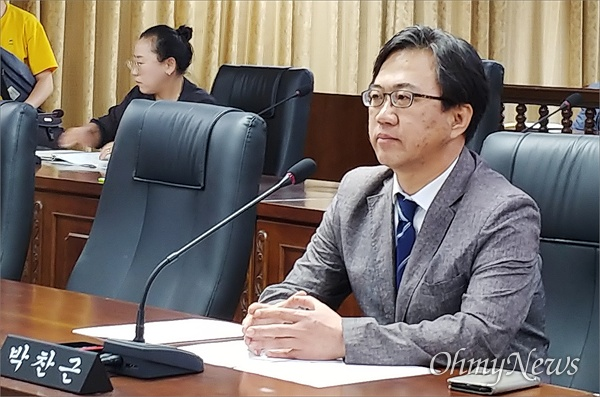 대전 중구의회 박찬근(무소속) 의원이 19일 자신에 대한 제명안 처리에 앞서 의회에 출석해 있다.