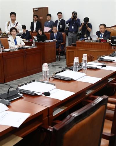불참한 자유한국당 의원들  19일 국회에서 열린 사법개혁특위 전체회의에 자유한국당 의원들이 불참, 좌석이 비어 있다.