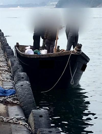 부두에 정박한 북한 어선 (서울=연합뉴스) 지난 15일 북한 선원 4명이 탄 어선이 연안에서 조업 중인 어민의 신고로 발견됐다는 정부 당국의 발표와 달리 삼척항에 정박했다고 KBS가 18일 보도했다. 사진은 북한 어선이 삼척항 내에 정박한 뒤 우리 주민과 대화하는 모습. 2019.6.18 [KBS 제공]
