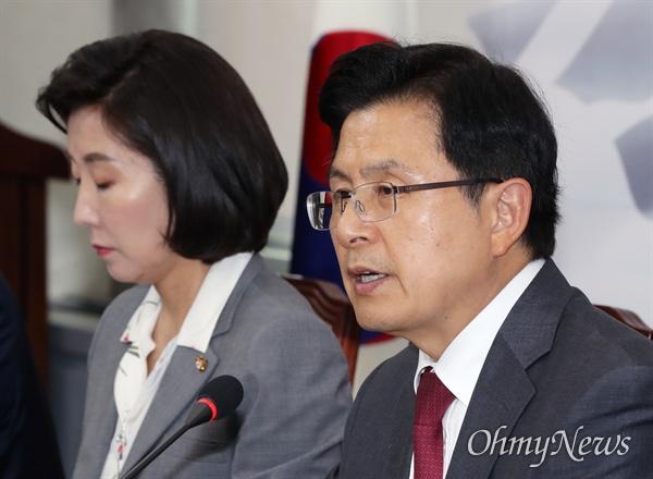 자유한국당 황교안 대표가 19일 오후 국회에서 열린 당대표 및 최고위원-중진의원 연석회의에서 모두발언을 하고 있다. 왼쪽은 나경원 원내대표.
