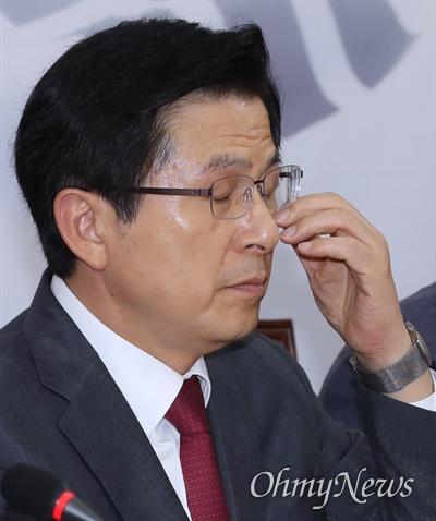 자유한국당 황교안 대표가 19일 오후 국회에서 열린 당대표 및 최고위원-중진의원 연석회의에 참석하고 있다.