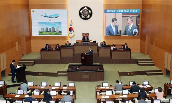 박원순 서울시장이 11일 중구 서울시의회에서 열린 제287회 정례회에서 더불어민주당 경만선 시의원의 시정질문에 답하고 있다.