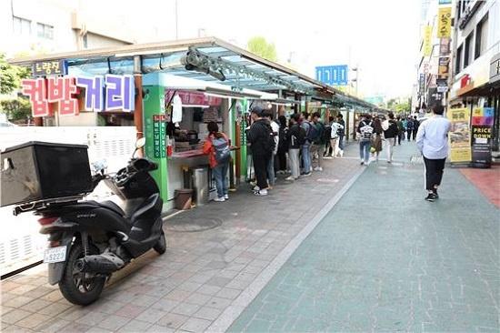 서울 노량진 '컵밥' 거리에서 점심 끼니를 해결하고 있는 취업준비생들. 대부분 컵밥집 앞에 서서 서둘러 밥을 먹고 자리를 떴다.