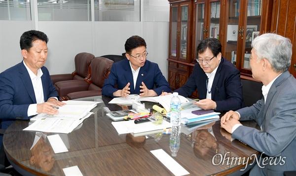 이철우 경상북도지사가 19일 기획재정부를 방문해 안일환 예산실장에게 경북도 현안사업 예산확보에 대해 협조를 부탁하고 있는 모습.