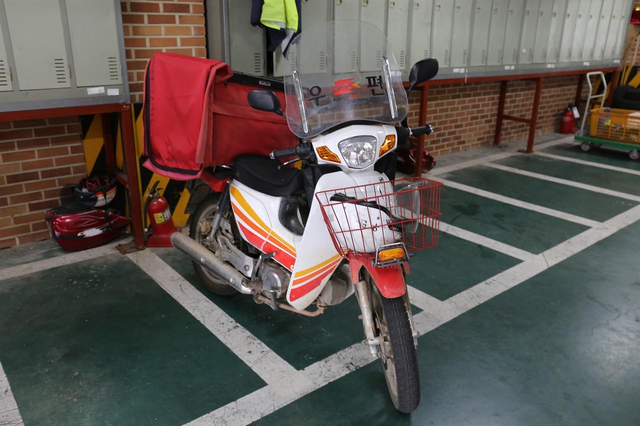 혼자 남겨진 오토바이 강 씨가 당진우체국에서 업무를 위해 사용하던 오토바이