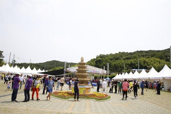 팔봉산 감자축제장에는 감자로 만든 탑이 세워져 있어, 관광객들에게 볼거리를 제공하고 있다. (2018년 팔봉산 감자축제 모습)