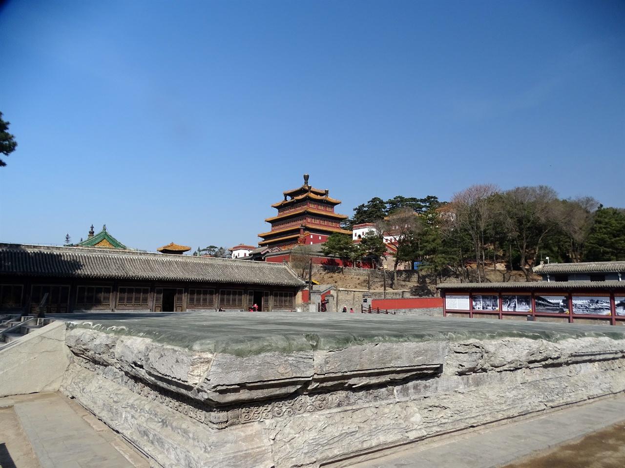 푸요우스(普佑寺) 1964년 9월 10일 벼락을 맞고 화재가 발생해 소실 되어 가운데는 사원 터만 남아 있고, 양옆 건물에는 현재 도금한 1.7미터의 176존(尊)이 진열되어 있다.