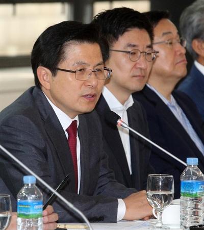 자유한국당 황교안 대표가 19일 오전 부산상공회의소에서 열린 지역 경제인들과 조찬간담회에서 모두발언하고 있다.
