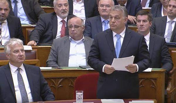 지난 17일(현지시각) 열린 대정부질문에서 빅터 오르반 총리가 발언하고 있다.