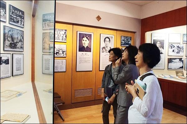 일본 고려박물관 회원들 정신여고 김마리아회관 안의 전시실을 찾은 일본 고려박물관 회원들