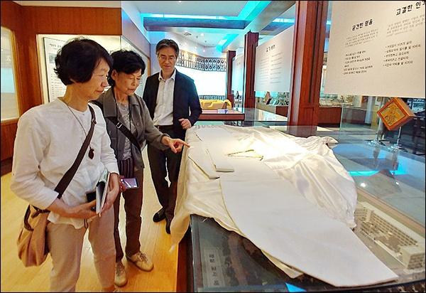 김마리아 열사의 흰저고리와 일본인들  70여년 전 김마리아 열사가 입었던 흰 치마저고리 앞에 선 도다 미츠코, 하라다 쿄코 고려박물관 전 이사장 (안쪽 부터 조영호 교감선생님, 하라다 코코, 도다 미츠코 씨)