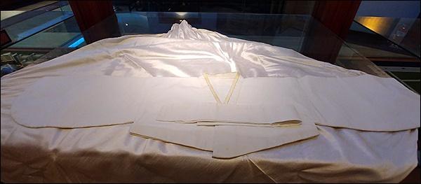 김마리아 흰저고리 오른쪽 섶 길이가 짧게 지어진 저고리는 고문으로 한쪽 가슴을 잃고 살아야했던 김마리아 열사의 아픔을 말해주어 보는 이의 눈시울을 자아내었다.