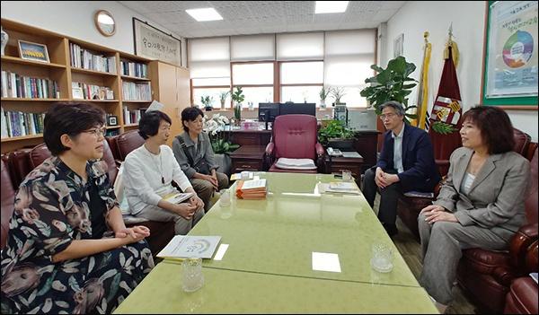 이야기를 나누는 기자, 도다 미츠코 씨, 하라다 쿄코 전 이사장, 조영호 교감, 이양순 동문(왼쪽부터 )