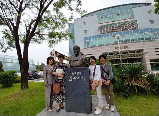 김마리아 열사 동상 앞에서 평소 존경하는 김마리아 열사 동상 앞에선 하라다 쿄코, 도다 미츠코 씨, 기자, 이양순 동문(오른쪽 부터)