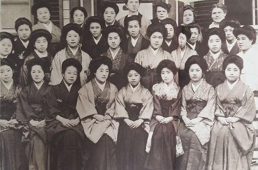 일본 유학시절 김마리아 열사 일본 유학시절 김마리아 열사는 당당하게 한복을 입어 조선인임을 알렸다. 둘째줄 오른쪽 첫째가 김마리아 열사.(정신여고 제공)