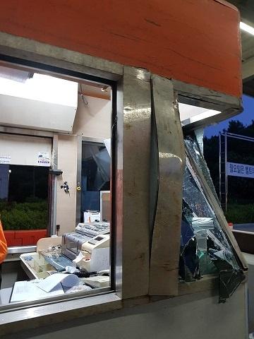 최근 전북 임실의 한 영업소에서도 차량이 톨게이트를 들이 받는 사고가 있었다.