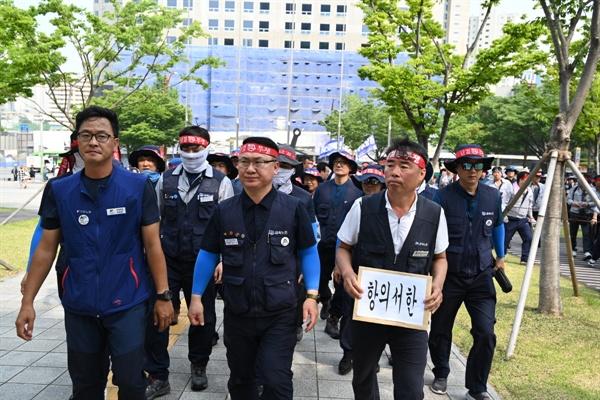 청산강철 백지화 촉구 노동자들이 항의서한을 들고 이동하고 있다.
