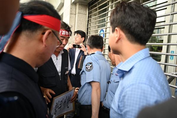 문닫은 부산시청 노동자들이 항의서한 전달에 부산시청 문을 닫고 대응했다
