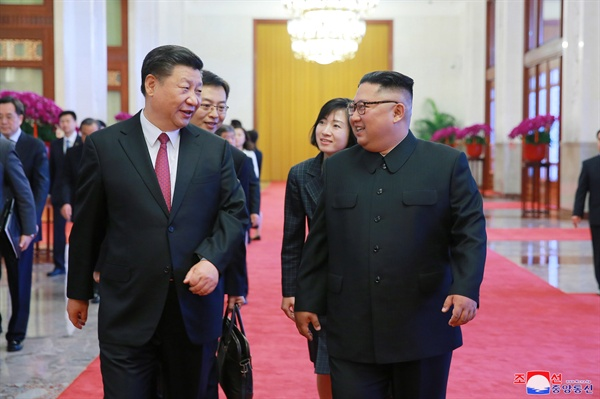 중국 시진핑 국가주석이 오는 20~21일 북한을 국빈방문한다고 관영 신화통신이 17일 보도했다. 신화통신은 중국 공산당 중앙위원회 국제부 대변인 발표를 인용해 이같이 전했다. 사진은 지난 2018년 6월 방중한 김 위원장이 시 주석과 대화하는 모습. [EPA 연합뉴스 자료사진]