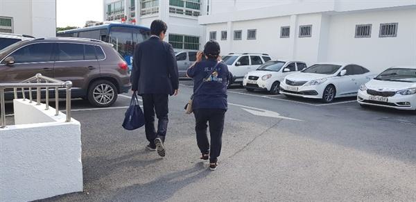 '거액 사기혐의'를 받고 있는 래퍼 마이크로닷 아버지 신아무개씨의 공판이 20일 오후 3시 청주지방법원 제천지원에서 열린 가운데 불구속 상태로 재판을 받고 있는 마닷의 어머니인 신아무개씨가 걸어가고 있다.