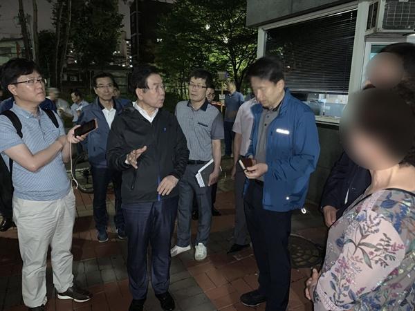 박원순 서울시장이 6월 21일 새벽 '붉은 수돗물'이 나온 영등포구 문래동을 긴급 방문해 관계자에게 철저한 조치를 당부하고 있다.