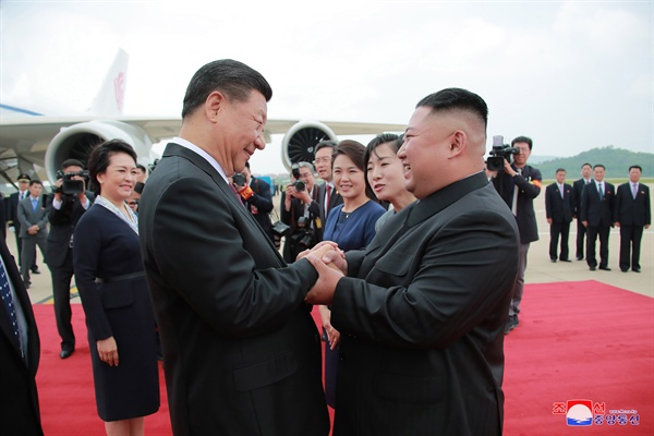 시진핑 주석 맞이하는 김정은 위원장 김정은 북한 국무위원장이 20일 평양 순안공항(평양국제비행장)에 도착한 시진핑(習近平) 중국 국가주석을 맞이하고 있다
