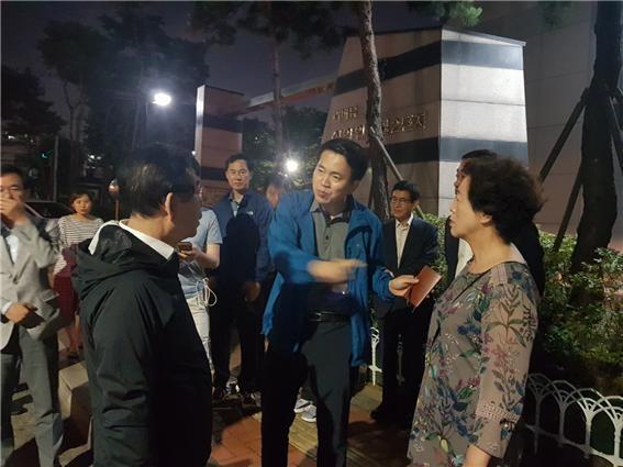 박원순 서울시장이 6월 21일 새벽 '붉은 수돗물'이 나온 영등포구의 아파트를 방문해 관계자에게 철저한 조치를 당부하고 있다.