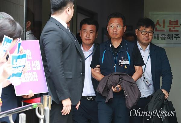 수갑 찬 민주노총 김명환 위원장 김명환 민주노총 위원장이 21일 오후 서울 양천구 남부지법에서 국회앞 불법 시위를 주도한 혐의로 구속전 피의자심문(영장실질심사)을 받고 수갑을 찬 채 나오고 있다.