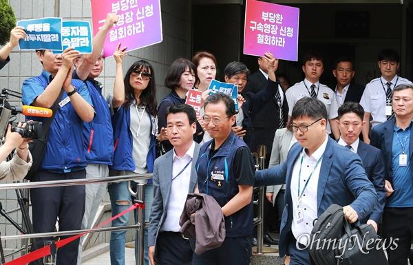 수갑 찬 민주노총 위원장의 '미소' 김명환 민주노총 위원장이 21일 오후 서울 양천구 남부지법에서 국회앞 불법 시위를 주도한 혐의로 구속전 피의자심문(영장실질심사)을 받고 수갑을 찬 채 나오며, 응원하는 조합원들을 향해 미소를 보내고 있다.