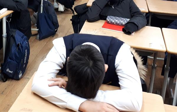 요즘 학생들은 수업 내내 엎드려 있는 경우가 많다.