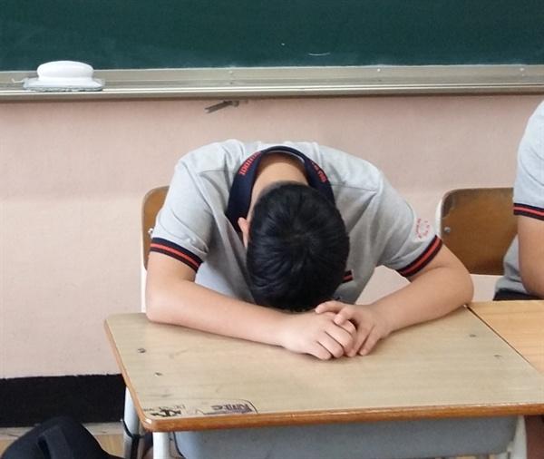 엎드려만 있는 학생들을 보면 화가 나기도 하지만 결국 마음이 짠해지는 경우가 많다. 요즘 학생들은 자기 마음을 진솔하게 고백할 만한 통로가 별로 없다. 겨우 핸드폰이라는 물건이, 그들 마음에 작은 창문의 역할을 해줄 뿐이다.