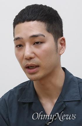 """다큐멘터리 영화 <에움길>을 연출한 이승현 감독은 """"일본군 성노예 피해자 할머니들을 막연한 피해자로만 보는 것이 아니라 우리의 어머니, 할머니로 봐 주시고 많은 분들이 할머니들의 친구이자 가족이 돼 주면 좋겠다""""고 말했다."""