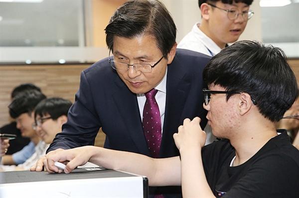 황교안 대표가 12일 오후 경기도 부천시 부천대학교 대학일자리센터를 방문해 학생들을 만났다