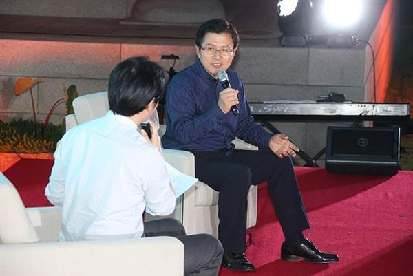 황교안 대표가 취임 100일을 맞아 5일 밤 서울 여의도 국회 사랑재 앞에서 2040 청년들과 함께하는 토크콘서트를 개최했다.