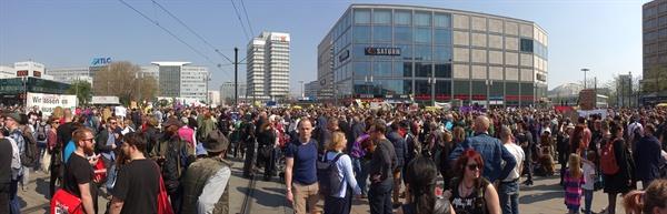 4월 6일 알렉산더플라츠에 가득 찬 미친 임대료 시위 참가자의 모습