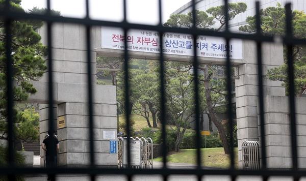 21일 오전 자율형사립고(자사고) 지정취소 결정을 받은 전북 전주 상산고등학교 정문 앞을 시민이 지나고 있다. 2019.6.21