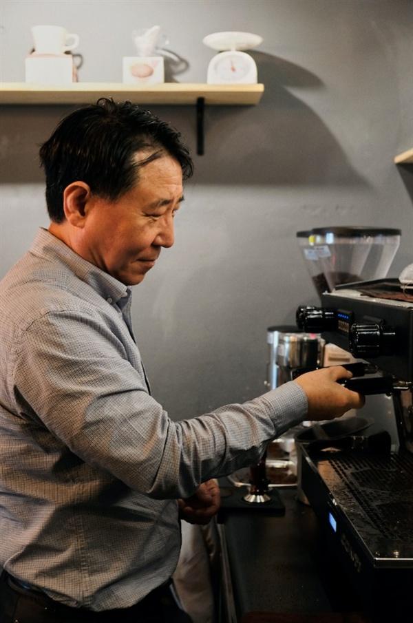 김상주 공방장이 커피를 내리고 있다.