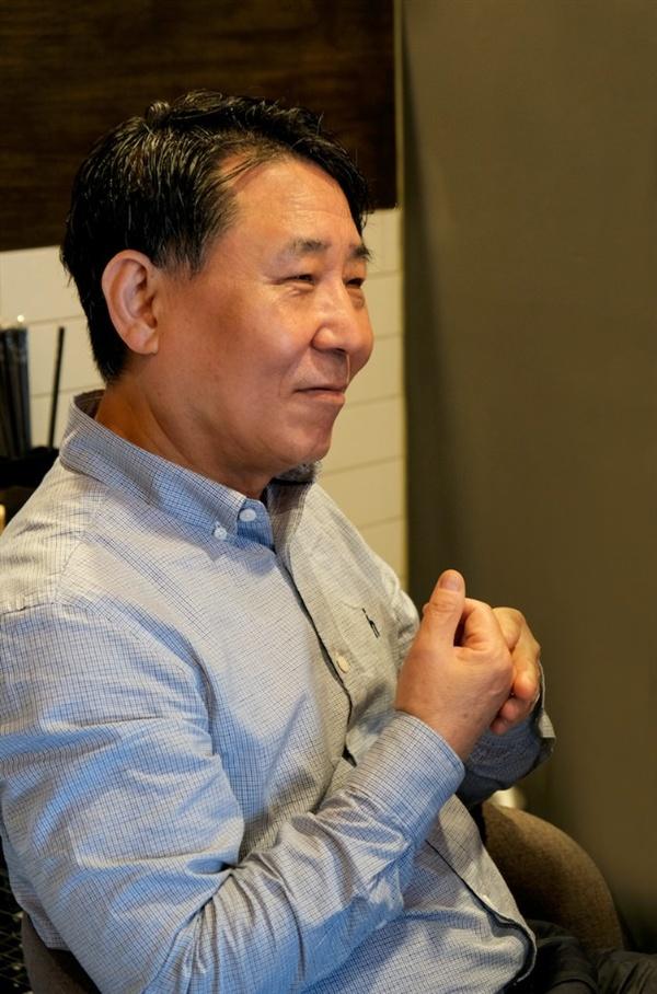 멀리서 인터뷰 왔다는 말에 흐뭇한 미소를 짓는 김상주 사장님.