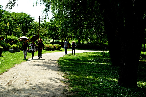 월드컵공원을 산책하고 있는 시민들