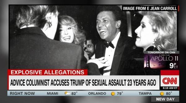 <뉴욕매거진>의 도널드 트럼프 미국 대통령과 성폭행 피해 주장자 E. 진 캐럴이 만났던 사진 공개를 보도하는 CNN 뉴스 갈무리.