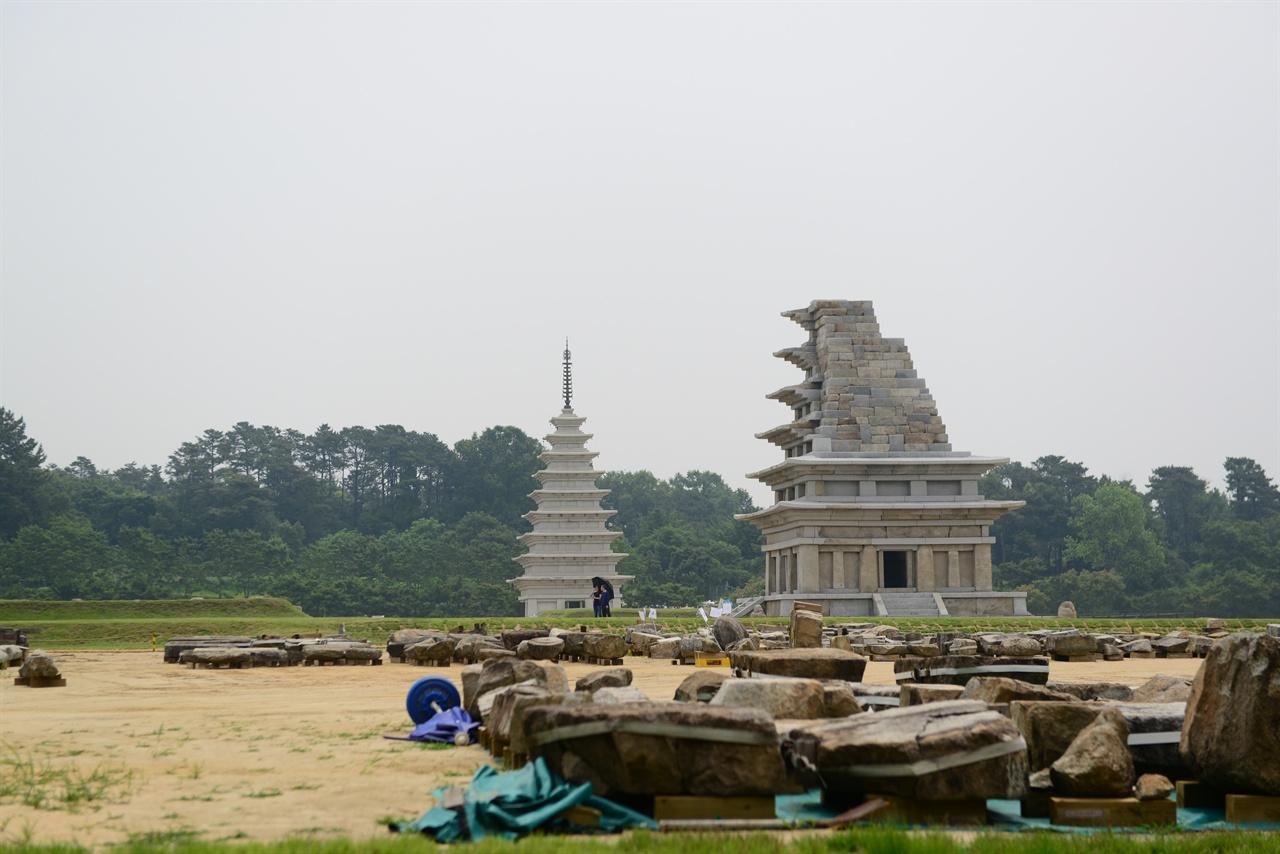 미륵사지 우측 탑이 국보 11호인 미륵사 6층 석탑이다. 좌측 탑은 동원에 있는 9탑 석탑이다. 출토된 석재들의 진열해 놓은 모습이다. 서쪽에서 바라본 모습이다.