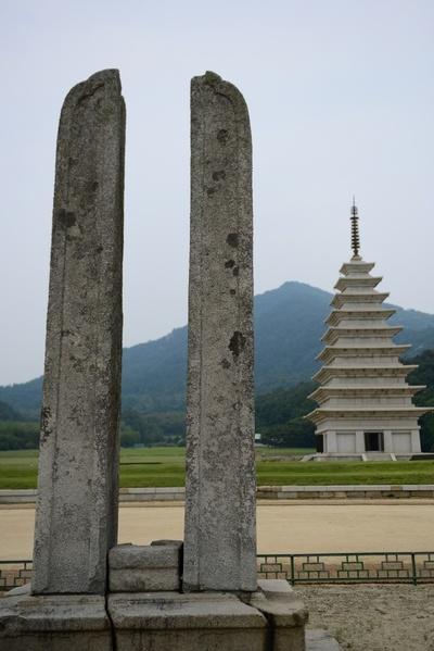 동당간 지주  불교행사 때 기를 거는 장대를 받혀 주는 역할을 한다. 뒤에 보이는 것이 9층 석탑이다.