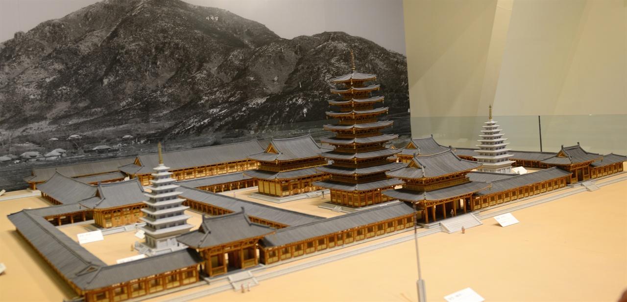 미륵사 모형도 맨 뒤에 보이는 산이 미륵산이다.중원의 목탑을 중심으로 석탑이 대칭으로 서 있다.