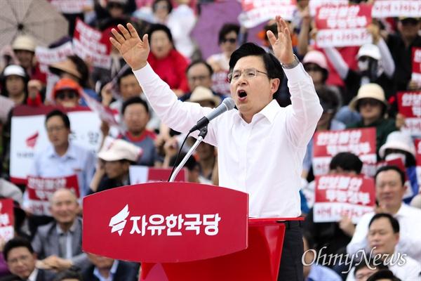 """연설 중인 황교안 황교안 자유한국당 대표가 23일 오후 '구멍난 군사경계! 청와대 은폐조작! 문 정권 규탄대회'에 참석해 당원들 앞에 """"투쟁의 선봉에 서겠다""""라고 외치고 있다."""