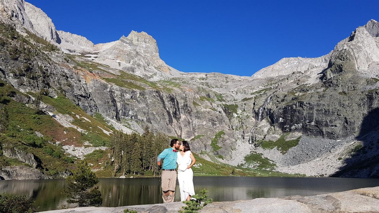 High Sierra에서 웨딩드레스 입고 아름다운 호수 앞에서 찍은 허니문 사진